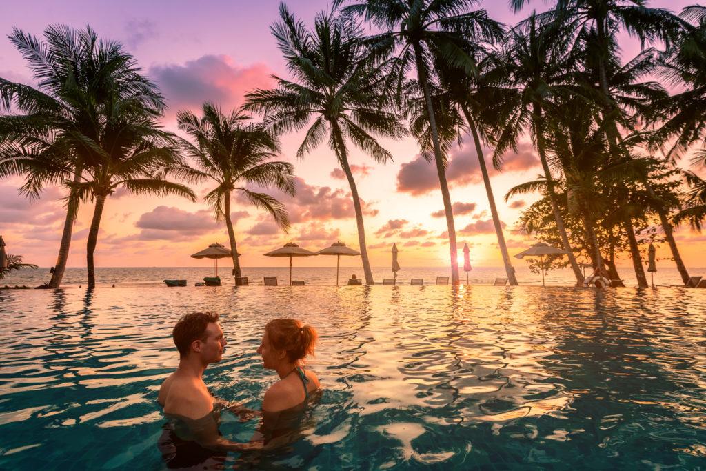 Couple profitant de vacances tropicales